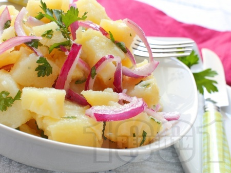 Лесна картофена салата с червен лук и лимонов сок - снимка на рецептата